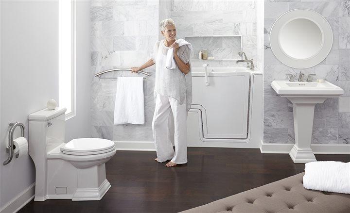 Phòng tắm với thiết bị vệ sinh Caesar